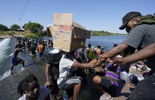 Des migrants haïtiens utilisent un barrage pour traverser, le 17 septembre 2021, à Del Rio, Texas.