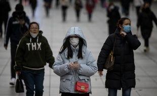 Des piétons dans une rue de Shanghaï, le 19 février 2020.