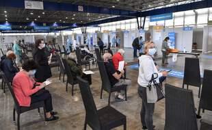 Le centre de vaccination installé dans le parc des expositions Alpexpo de Grenoble, lors de son ouverture le 9 avril. PHILIPPE DESMAZES