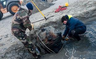 Les démineurs dégagent une mine de la 2e Guerre mondiale.