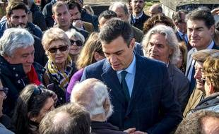 Pedro Sanchez au milieu de nombreux enfants d'exilés espagnols sous le régime de Franco.