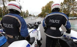 Des policiers avant un contrôle routier.