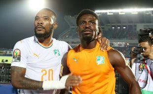 Serge Aurier (à droite) s'est blessé en tapant sur la table à la mi-temps de Côte d'Ivoire-Mali en 8e de finale de la CAN.