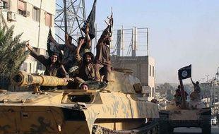 Un groupe de combattants de l'Etat islamique (EI) en parade dans la ville de Rakka en Syrie.