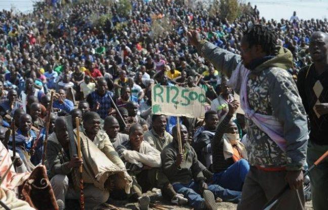 Des experts de la police des polices sud-africaine sont arrivés samedi matin à Marikana, pour enquêter sur les circonstances exactes de la fusillade qui a fait 34 morts jeudi, tandis que les mineurs se rassemblaient dans le calme comme la veille à plusieurs centaines de mètres du lieu du drame.