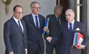 François Hollande, les ministres André Vallini et Bernard Cazeneuve sur le perron de l'Elysée le 22 août 2016.