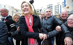 Marine Le Pen dans les rues de Sète, le 15 mars 2012.