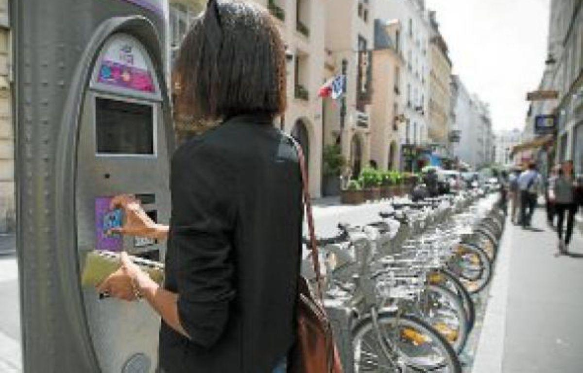 Les usagers déposent leur carte d'abonné contre la borne et retirent un Vélib'. –  V. WARTNER / 20 MINUTES