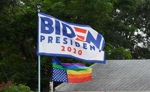 Un drapeau de la campagne de Joe Biden, avec un drapeau LGBT américain. (illustration)