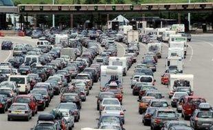 Le trafic devenait de plus en plus dense samedi en fin de matinée sur l'ensemble du réseau routier français où l'on enregistrait 406 km de bouchons, dont 396 km en province