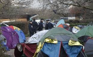 Des policiers lors du démantèlement d'un camp de réfugiés à Saint-Denis, le 16 décembre 2016.