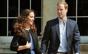 Le prince William et sa nouvelle épouse Kate, la duchesse de Cambridge, quittent Buckingham Palace le 30 avril 2011, au lendemain de leur mariage.