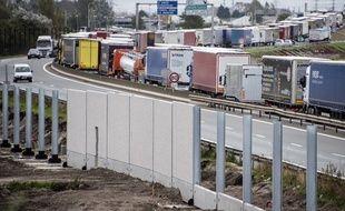 La mairie de Calais saisit la justice contre le mur anti migrants.