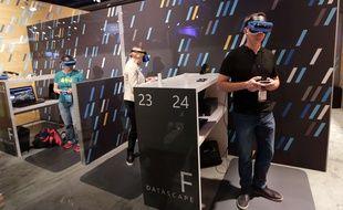 Des participants utilisent l'HoloLens pendant la Build de Microsoft, le 10 mai 2017