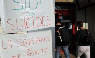 Un responsable logistique du bureau France Télécom de Pau, mis à pied, est décédé lundi matin après s'être immolé par le feu à son domicile, a-t-on appris mardi de sources syndicales et auprès de la direction.