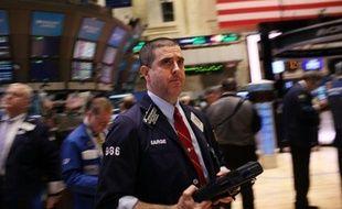 La Bourse de New York évoluait en légère baisse lundi en début de séance, le marché digérant l'adoption déjà anticipée du plan de sauvetage de la Grèce après des semaines de négociations: le Dow Jones cédait 0,11% et le Nasdaq 0,14%.