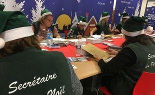 La Poste traite chaque année environ 1,2 million de lettres adressées au père Noël.