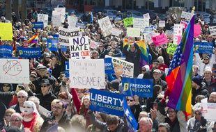 Des opposants à la la loi sur la liberté religieuse manifestent devant le Sénat de l'Indiana, le 28 mars 2015.
