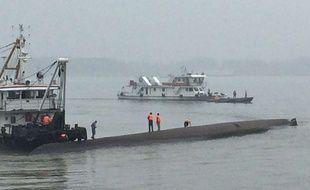 Des secours chinois sur les lieux du naufrage d'un navire sur le fleuve Yangtsé, le 2 juin 2015.
