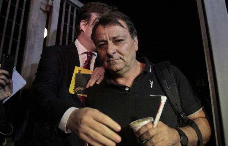 Cesare Battisti sort des bureaux de la police le 13 mars 2015 à Sao Paulo, au Brésil