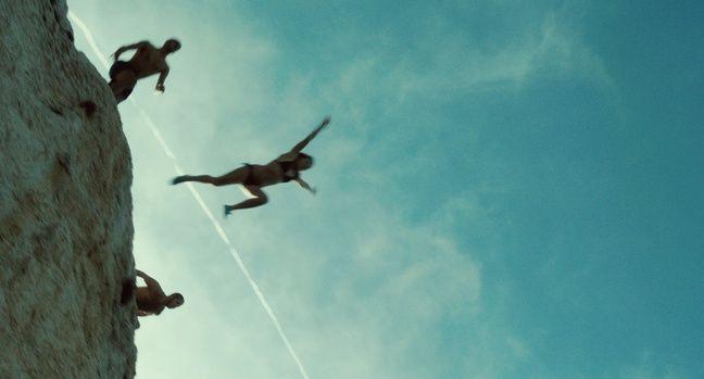 Les enfants sautent chaque été depuis la corniche