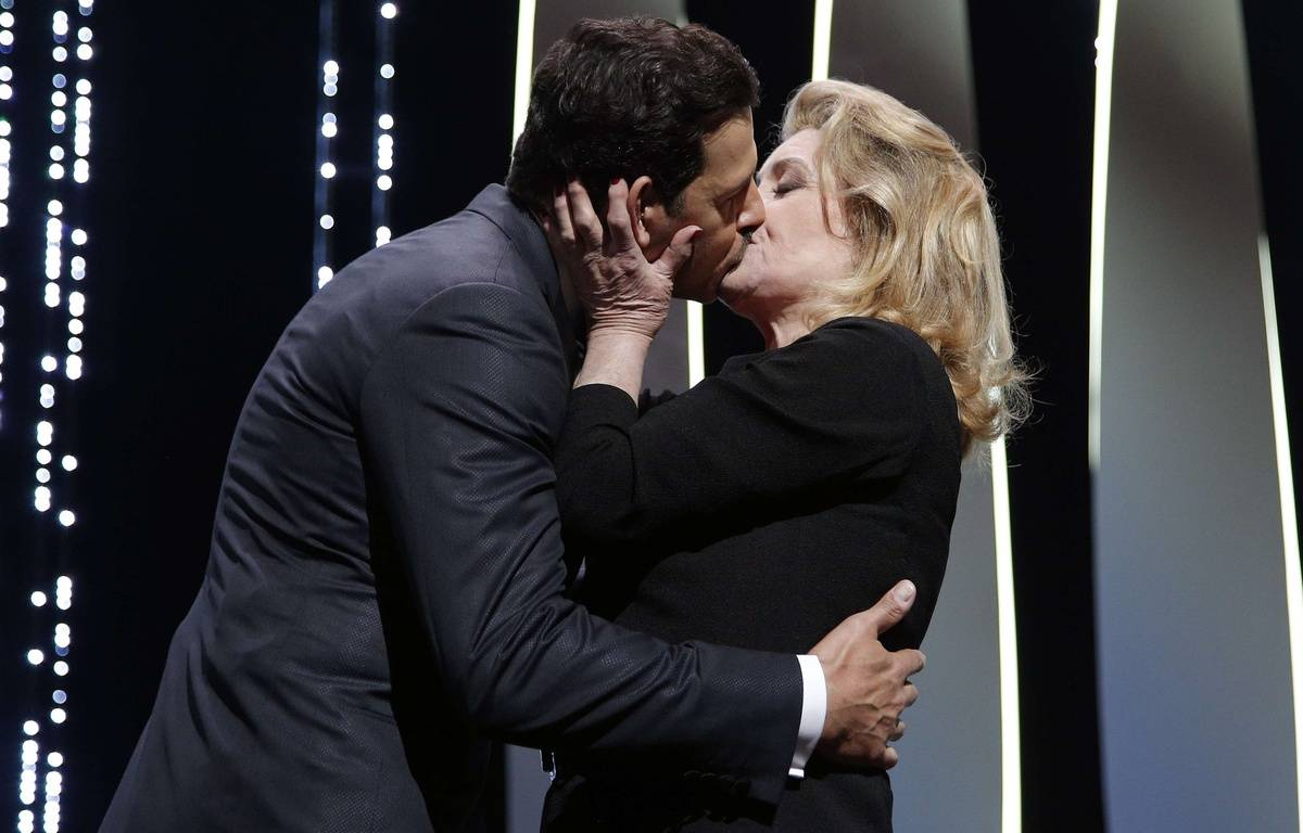 Le baiser entre Laurent Lafitte et Catherine Deneuve lors de l'ouverture du 69ème festival de Cannes le 11 mai 2016 – Thibault Camus/AP/SIPA