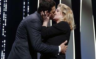 Le baiser entre Laurent Lafitte et Catherine Deneuve lors de l'ouverture du 69ème festival de Cannes le 11 mai 2016