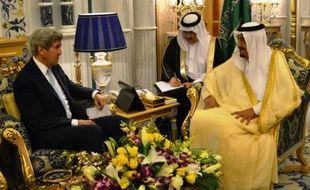 Le secrétaire d'Etat américain John Kerry (g) s'entretient avec le roi Salmane à Jeddah, en Arabie Saoudite, le 15 mai 2016
