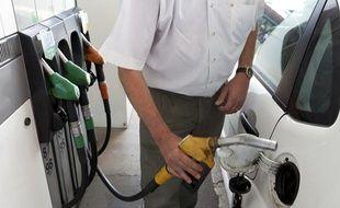 Un homme fait le plein d'essence dans une station service.