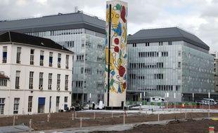 La tour escalier Keith Haring de l'hôpital Necker à Paris.