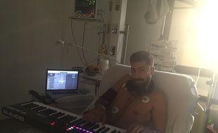 Ma2 Bonn's avec son synthé dans sa chambre d'hôpital.