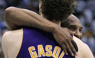 Gasol et Bryant se congratulent à la fin du match 3 contre les Jazz en demi-finale de conférence, le 8 mai 2010.