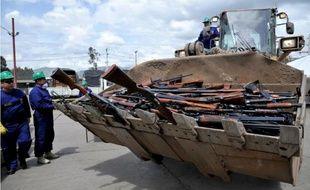 Une partie des 9.517 armes saisies aux Farc et à l'ELN dans la benne d'un bulldozer avant d'être fondues et recyclées, le 25 novembre 2014 à Sogamoso, en Colombie