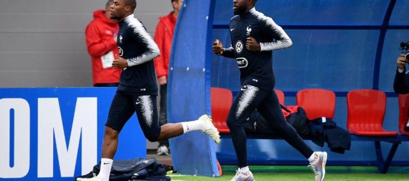 Djibril Sidibé et Samuel Umtiti lors de l'entraînement de l'équipe de France, le 12 juin 2018.