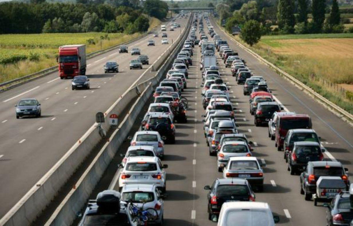 La circulation commençait à se densifier à la mi-journée sur les routes de France, particulièrement dans le quart sud-est, où la journée est classée rouge dans le sens des retours par Bison Futé. – Philippe Desmazes afp.com