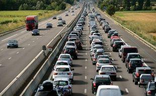 La circulation commençait à se densifier à la mi-journée sur les routes de France, particulièrement dans le quart sud-est, où la journée est classée rouge dans le sens des retours par Bison Futé.