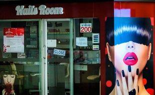 Comme les bars et discothèques, les salons de beauté ont été fermés par les autorités de Bangkok pour lutter contre la propagation du coronavirus.
