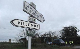 Des gendarmes sont en faction, le 30 mars 2011 à Villematier (Haute-Garonne), à proximité de l'endroit où un cadavre féminin a été découvert dans un trou d'eau.