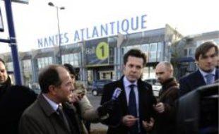 Christophe Béchu, hier devant l'aéroport.