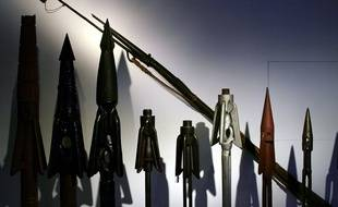 Une collection de harpons. Illustration.