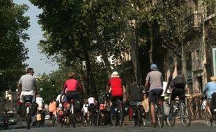 Une quinzaine de cyclistes arrivent à Paris au terme de 2.200 km parcourus à vélo entre Copenhague et Paris, image tirée d'une vidéo réalisée par l'AFP le 12 août 2015