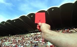 Un arbitre sort un carton rouge. Illustration.