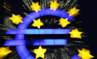 L'euro progressait face au dollar mardi après l'annonce dans la nuit d'un plan de sauvetage sans précédent en Europe pour sauver la Grèce de la faillite.