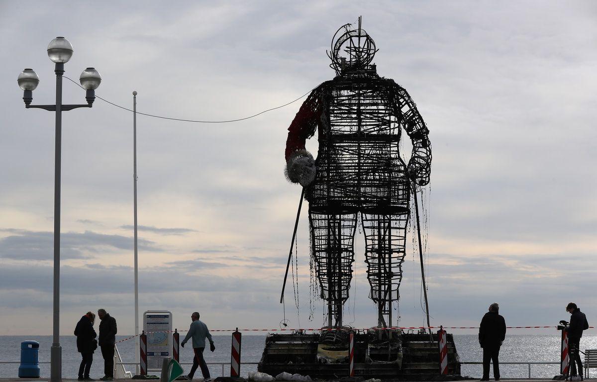 Le père Noël géant installé sur la Promenade des Anglais de Nice est parti en fumée.  – VALERY HACHE