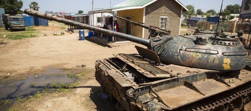 Le 29 juin 2012. Port de Juba, Soudan du sud. A l'entree du port, une carcasse de char Nord Soudanais, relique d'un pays ayant connu 30 ans de guerre.