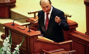 La Cour Constitutionnelle de Roumanie doit trancher mardi sur l'avenir du président Traian Basescu dont la coalition de centre gauche au pouvoir réclame la destitution, une décision cruciale pour clore une guerre politique qui inquiète l'Europe et les Etats-Unis.