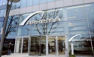 """Le chimiste Arkema a confirmé jeudi investir 70 millions d'euros dans le développement de la production de polymère fluoré, utilisé notamment dans le photovoltaïque, sur son site de Pierre-Bénite (Rhône), quatre mois après l'avoir """"gelé"""" suite à une opposition des salariés."""