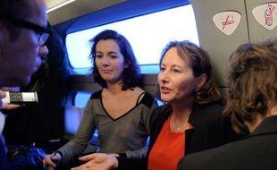 """La présidente socialiste de la région Poitou-Charentes Ségolène Royal a dénoncé mardi le """"manque de courage"""" du candidat UMP Nicolas Sarkozy, en visite sur ses terres de Charente-Maritime, qui """"ne va pas là où les Français souffrent de ses promesses non tenues""""."""