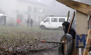 """Un """"zadiste"""" sur le site du chantier de Center Parcs de Roybon, le 4 décembre 2014"""