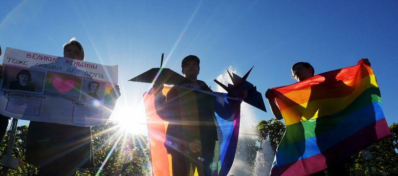Des militants LGBT manifestent à Saint-Pétersbourg en 2019